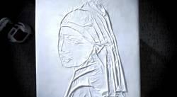 Quand le repassage mène à l'art.... dans divers la-jeune-fille-a-la-perle-de-vermeer-reproduit-grace-aux-plis-laisses-par-le-fer-a-repasser-philips-azur_106891_w250